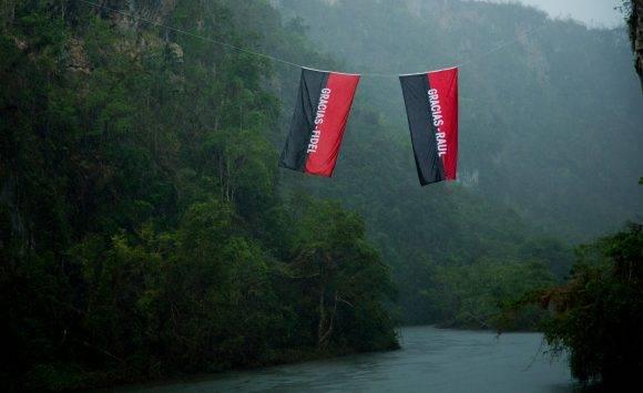 En el cañón de Río Yumurí. Banderas colocadas por la Brigada Cultural Marta Machado liderada por Kcho. Foto Ismael Francisco / Cubadebate
