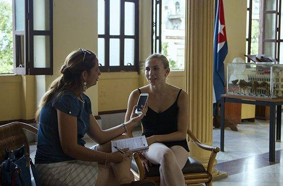 Dianet y Catherine conversan. Foto: Ladyrene Pérez/ Cubadebate.