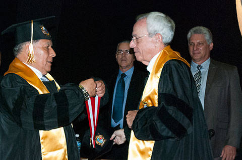 Eusebio recibe Honoris Causa Perú