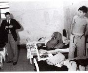 Junto al Che en una celda de la cárcel migratoria de Miguel Schultz en Ciudad de México, julio de 1956. Fuente: Oficina de Asuntos Históricos / Sitio Fidel Soldado de las Ideas.