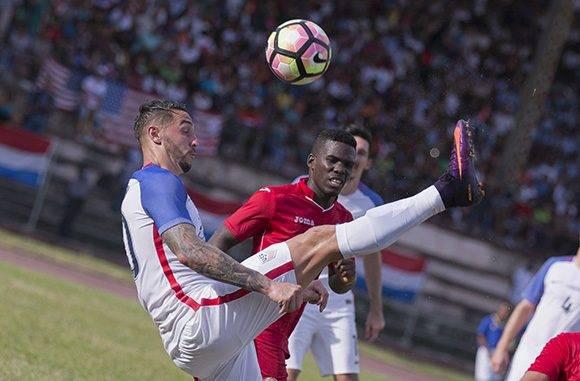 Cuba evitó que EE.UU. jugara a su antojo. En la imagen, Goeff Cameron despeja un balón. Foto: Ismael Francisco/ Cubadebate.