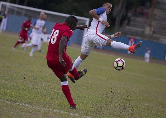 En el primer tiempo Cuba no pudo concretar sus acciones ofensivas y EE.UU. definó el partido en la segunda mitad. En la imagen Urgelles despeja un balón. Foto: Ismael Francisco/ Cubadebate.