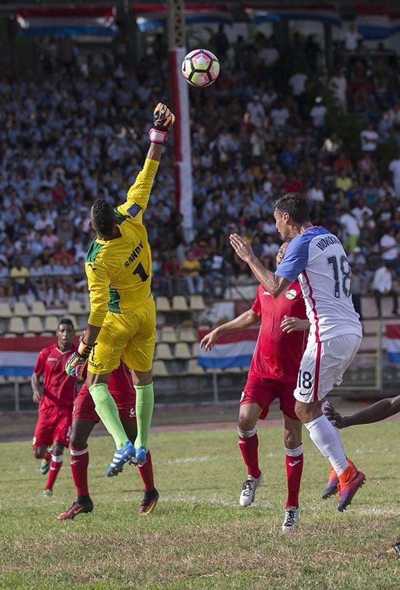 Sandy Sánchez despeja un balón. Foto: Ismael Francisco/ Cubadebate.