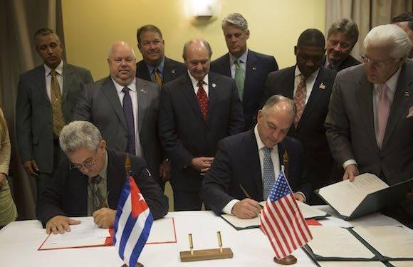 Firma de Memorando de entendimiento entre del estado de Louisiana, y Cuba. Por la parte cubana firmo Manuel Perez, Jefe Nacional de Administracion Portuaria, y el Gobernador Jhon Bel Edwar, por la norteamericana. Foto: Ismael Francisco/ Cubadebate
