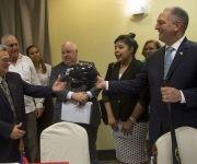 Gobernador de  Louisiana Jhon Bel Edwar,  le regalo a Mnuel Perez Jefe Nacional de Administrcion Portuaria de Cuba un Casco de Beisbol del equipo local Los Zafiros.  Foto: Ismael Francisco/ Cubadebate