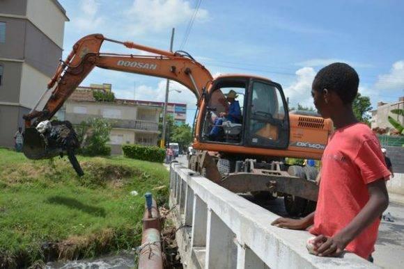 Preparativos en la ciudad ante la proximidad del huracán Matthew, y el peligro de azote a la provincia de Holguín, Cuba, el 2 de octubre de 2016. Foto: Juan PAblo Carreras / ACN