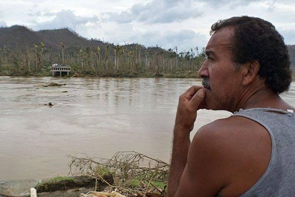 El paso del Huracán Matthew ha provocado el colapso del puente sobre el Río Toa, este puente comunicaba a la provincia de Holguín con la de Guantánamo a través de la Carretera Moa-Baracoa, ente esta situación las autoridades de la provincia de Holguín se ocupan de brindar ayuda a los guantanameros que quedaron incomunicados con su territorio. 07/10/2016/Fotos: Heidi Calderón Sánchez