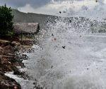 Las olas la emprenden contra el litoral. Foto: Jose M. Correa / Granma