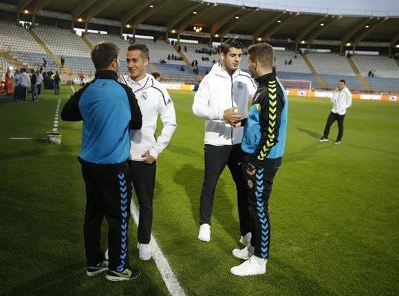 Lucas y Morata, titulares, saludan a dos excompañeros de la cantera del Madrid, Iván González y Antonio Martínez, ahora en la Cultural. Foto tomada de Marca.