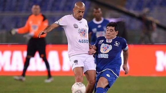 Maradona y Verón en el Partido por la Paz. Foto toma de ABC.