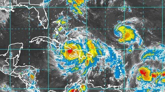 Imagen del satélite de las 23:47 de este 4 de octubre, muestra a Matthew saliendo de Cuba rumbo al norte. No obstante las afectaciones continuarán en próximas jornadas. Fuente: NOAA.