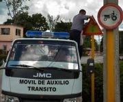 Aseguramientos de las señales del tránsito, una de las medidas puestas en práctica ante la amenaza del huracán Matthew, en la ciudad de Las Tunas, Cuba, el 2 de octubre de 2016.  Foto: Yaciel Peña de la Peña / ACN