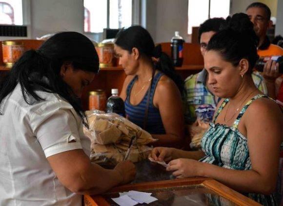 Garantizar la alimentación y recursos básicos es un imperativo para el enfrentamiento a los eventos hidrometeorológicos extremos, una de las medidas puestas en práctica ante la amenaza del huracán Matthew, en la ciudad de Las Tunas, Cuba, el 2 de octubre de 2016. Foto: Yaciel Peña de la Peña / ACN