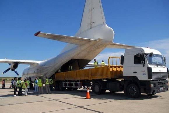 Aterriza en el Aeropuerto Internacional Antonio Maceo, en Santiago de Cuba, avión  ucraniano, procedente de la República de Panamá, con las piezas de tres almacenes donados por el Programa Mundial de Alimentos (PMA), para ser ensamblados en la provincia de Guantánamo, afectada por el paso del ciclón Mathew. 13 de octubre de 2016. ACN FOTO/Miguel RUBIERA JUSTIZ/sdl