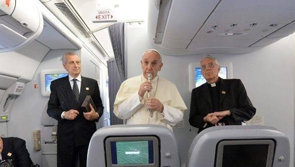 Las declaraciones del máximo líder de la Iglesia católica las realizó mientras regresaba de su viaje por Azerbaiyán, en el avión papal con destino a Roma, Italia. Foto: @proceso.
