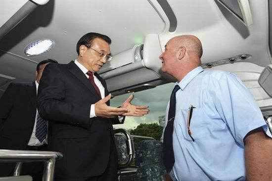 El primer ministro chino Li Kequian inspeccionó recientemente uno de los ómnibus Yutong destinados a Cuba. Foto: Sitio web oficial de Yutong