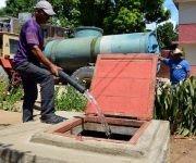 Tractor con tanque llena una cisterna, para asegurar el abasto de agua potable a la población, ante la llegada del huracán Matthew, en la ciudad de Bayamo, provincia de Granma, Cuba, el 2 de octubre de 2016. Foto: Armando Ernesto Contreras Tamayo / ACN