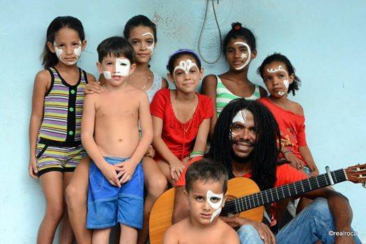 Raúl Torres y los niños