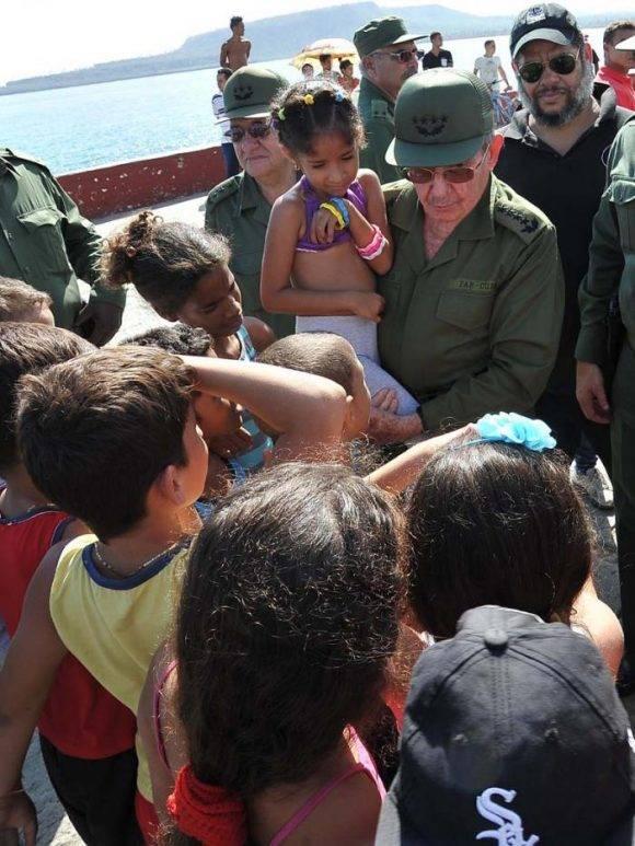 Raúl con el pueblo en Baracoa. Foto: Estudios Revolución