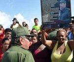Raúl-con-el-pueblo-en-Baracoa-4.-Foto-Estudios-Revolución-580x773