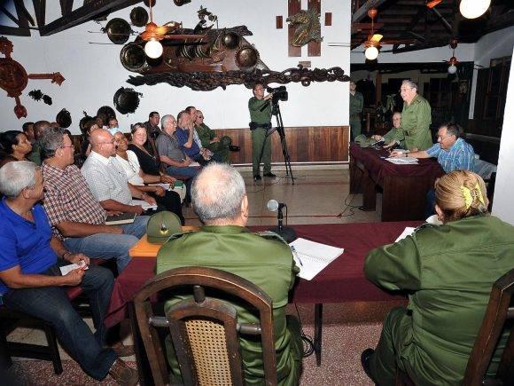 El General de Ejército Raúl Castro èn la reunión del Consejo de Defensa Provincial de Guantánamo realizado en Baracoa, al cual asistieron varios ministros y dirigentes nacionales y locales para chequear las labores de recuperación de las afectaciones provocadas por el huracán Matthew, 8 de octubre de 2016. Foto: Estudio Revolución