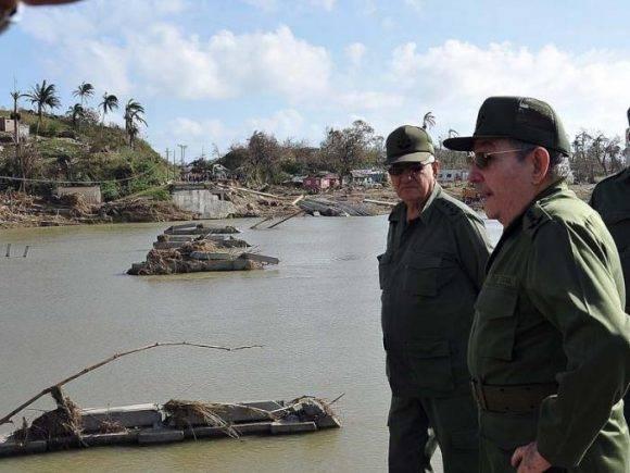 Raúl junto al GCE Ramón Espinosa en las márgenes del Toa, donde el rio crecido derribó puente de la carretera Moa-Baracoa . Foto: Estudios Revolución