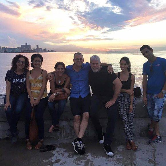 Ron Perlman junto al equipo de Ernesto Daranas, en La Habana. Foto: Facebook