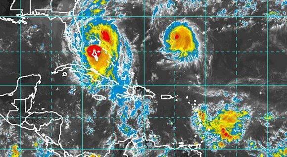 Los huracanes Matthew (categoría 4) y Nicole (1). Al sureste, la onda tropical. Fuente: NOAA.
