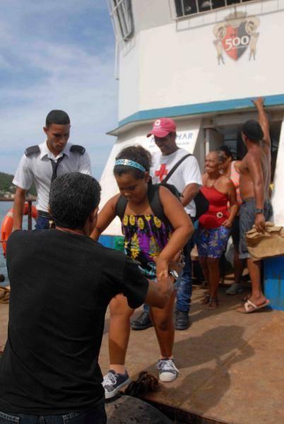 Habitantes de Cayo Granma, desembarcados en el muelle de Ciudad Mar, para ser evacuados por la amenaza del Huracán Mathew, en el litoral de la bahía de Santiago de Cuba, el 2 de octubre de 2016. Foto: Miguel Rubiera Jústiz / ACN