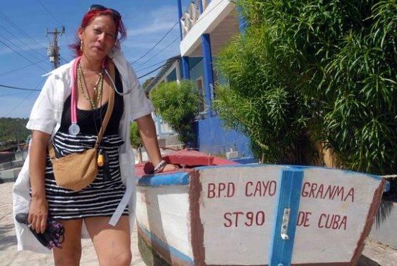 La Dra. Bárbara Acosta Montero, quien cruzara a nado el canal de la bahía cuando el Sandy, lista para quedarse junto a sus pacientes, por la amenaza del huracán Matthew, en el litoral de la bahía de Santiago de Cuba, el 2 de octubre de 2016. Foto: Miguel Rubiera Jústiz / ACN