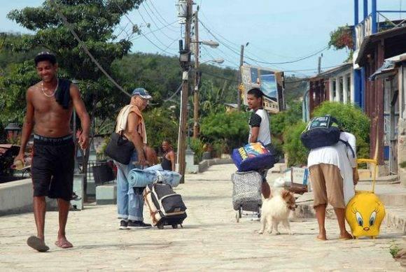 Pobladores de Cayo Granma, marchan para ser evacuados, por la amenaza del huracán Matthew, en el litoral de la bahía de Santiago de Cuba, el 2 de octubre de 2016. Foto: Miguel Rubiera Jústiz / ACN