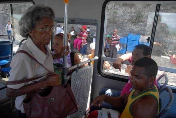 En ómnibus escolares los habitantes de Cayo Granma, van a lugares donde no peligre su vida, por la amenaza del huracán Matthew, en el litoral de la bahía de Santiago de Cuba, el 2 de octubre de 2016. Foto: Miguel Rubiera Jústiz / ACN