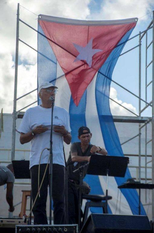 Víctor Casaus acompañó el concierto de Silvio Rodriguez en el Centro Penitenciario Combinado del Este, 16 de octubre de 2016. Foto: Iván Soca / Cubadebate