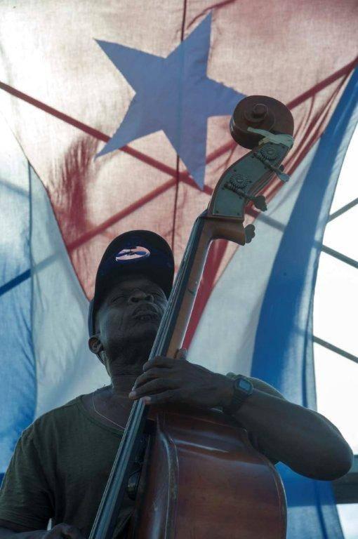 Jorge Aragón, en el bajo, acompañó a Kelvis Ochoa en el concierto. Foto: Iván Soca / Cubadebate