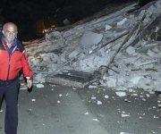 Un hombre pasa junto a los escombros en la villa Sant'Antonio, cerca a Visso (Italia). Foto: EFE.