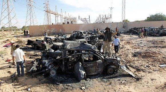 Vehículos de la caravana de Gaddafi calcinados tras el ataque de la OTAN cerca de Sirte. Foto: Reuters/ Thaier al-Sudani