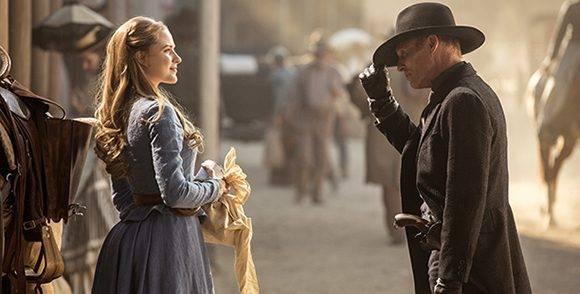 Westworld se desarrolla en un gran parque temático que recrea el oeste del siglo XIX de EE.UU. En la imagen Evan Rachel Wood (Dolores Abernathy), una robot y Ed Harris (El Hombre de Negro), un huésped. Foto: Entertainment Weekly.