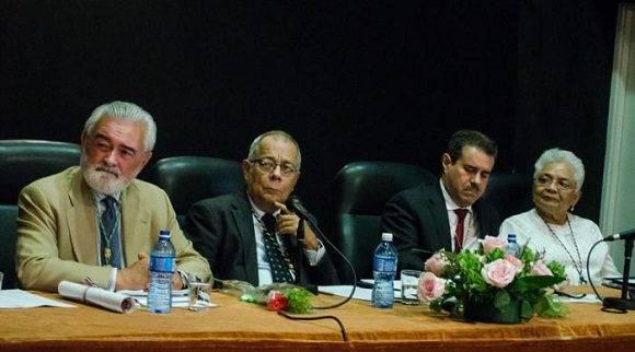 De izquierda a derecha los doctores Darío Villanueva, director de la RAE, Rogelio Rodríguez Coronel, director de la ACUL; Francisco Javier Pérez, Secretario General de la Asale, y Margarita Vásquez, directora de la Academia Panameña de la Lengua. Foto: Yander Zamora.