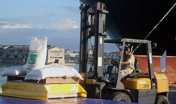 Trabajadores del puerto laboran en la descargan del arroz. Foto: José Raúl Concepción/ Cubadebate.