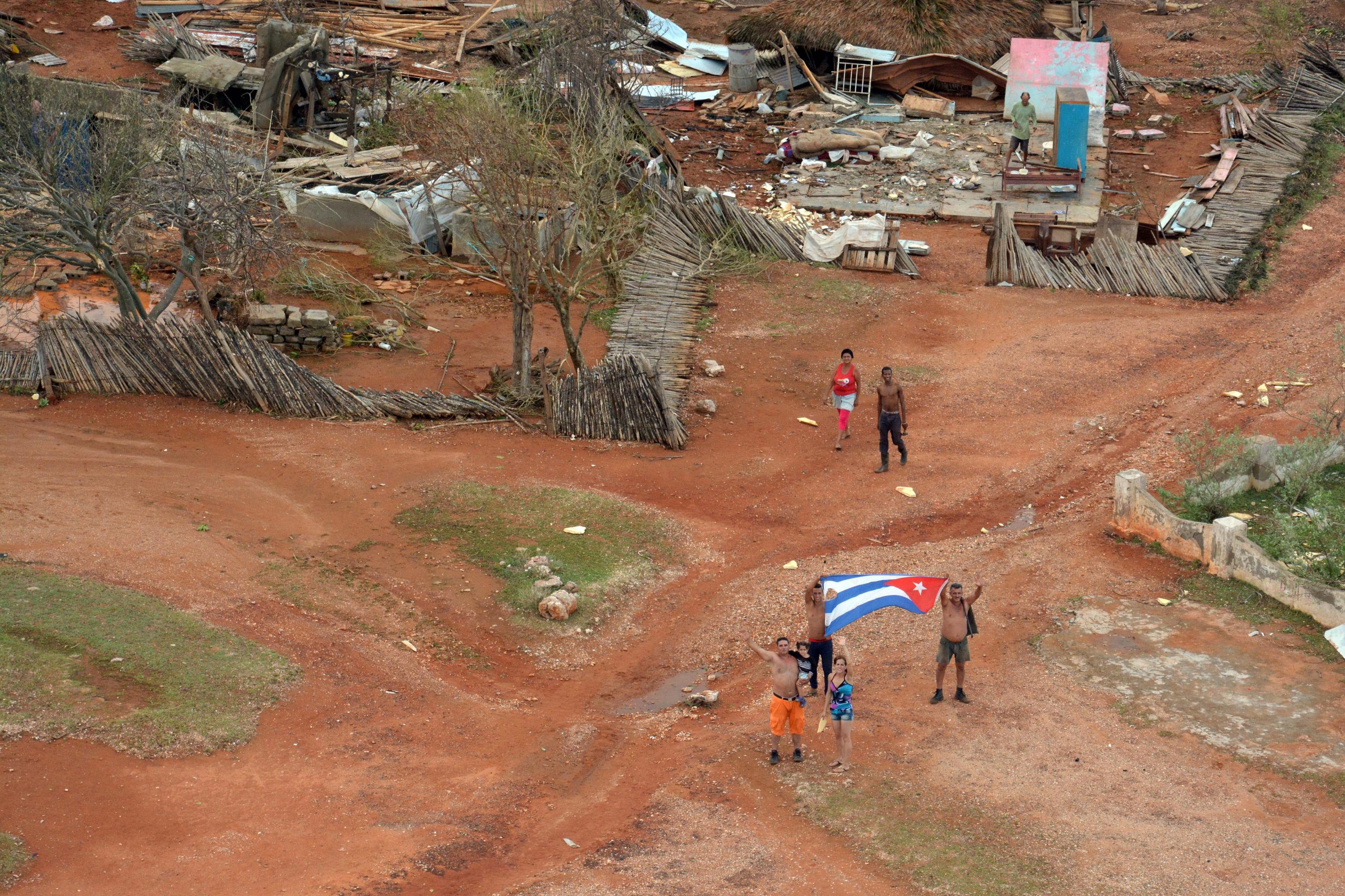 La bandera, señal de vida en Maisí. Foto: Juan Pablo Carreras/ ACN.