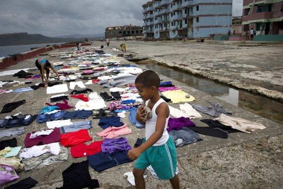 Los pobladores aprovechan que ha salido el sol para secar la ropa. Foto: Ramon Espinosa/ AP