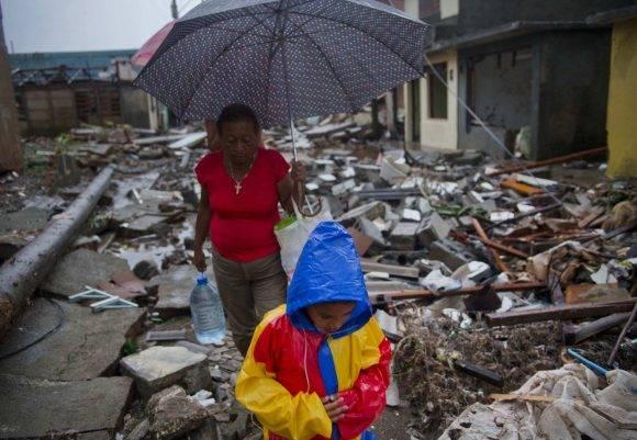 Un niño y una mujer en Baracoa, tras el paso del huracán Matthew. Foto: Ramon Espinosa/ AP