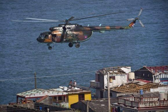 Un helicóptero de la Defensa Civil cubana sobrevuela Baracoa tras el paso del huracán. Foto: Ramon Espinosa/ AP