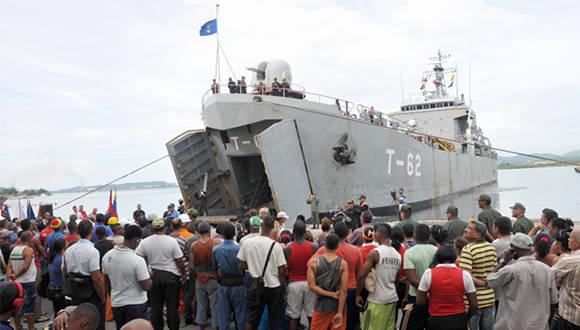 El buque de la Armada de la República Bolivariana de Venezuela Tango-62 Guajira, segundo barco procedente de Venezuela en llegar a Cuba para apoyar la recuperación tras el Huracán Matthew. Foto: Jorge Luis Guibert/ Sierra Maestra.