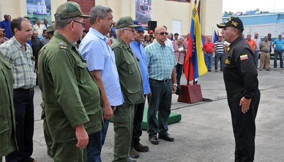 Autoridades reciben el donativo venezolano. Foto: Jorge Luis Guibert/ Sierra Maestra.
