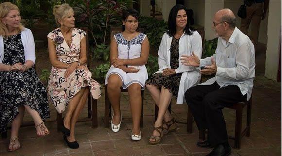 Jill Biden, segunda a la izquierda, sostuvo un encuentro con mujeres profesionales camagüeyanas, representantes de proyectos vinculados a la mujer y la familia, en el Museo Quinta Simoni. Foto: Leandro Pérez Pérez