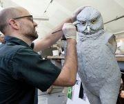 Jason E. Brougham pintar un modelo de un búho gigante extinta para el espectáculo. Créditos Sara Krulwich / The New York Times