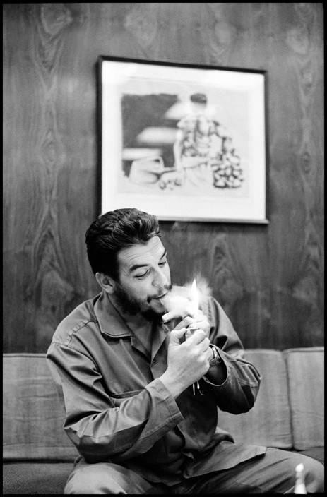 16El Che Guevara en entrevista con Lisa Howard, en el Ministerio de Industrias de Cuba, en 1964. Foto: Elliott Erwitt