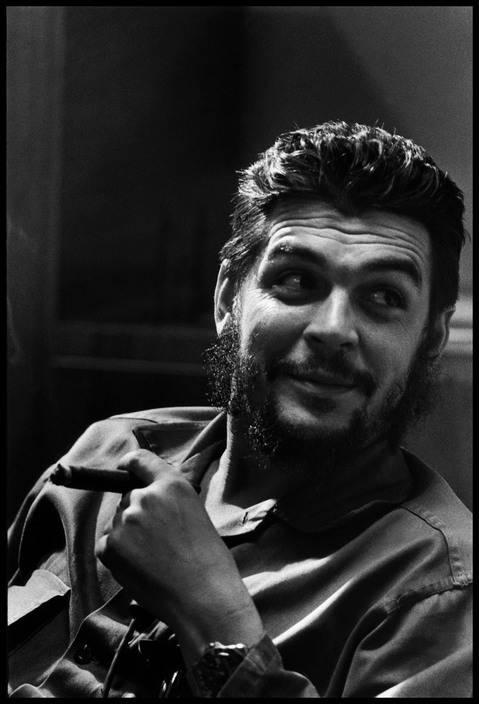 10El Che Guevara en entrevista con Lisa Howard, en el Ministerio de Industrias de Cuba, en 1964. Foto: Elliott Erwitt