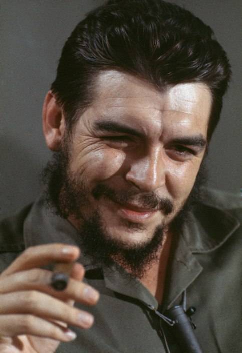 El Che Guevara en entrevista con Lisa Howard, en el Ministerio de Industrias de Cuba, en 1964. Foto: Elliott Erwitt